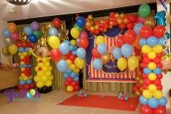 Balloon Styling organic ballonnenslinger ballonslinger rood met metallic goud ballonnenpilaar ballonpilaar Bumba heliumballon heliumballonnen tafeldecoratie gronddecoratieTilburg