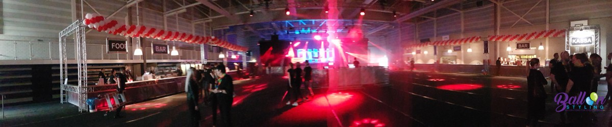 Balloon Styling ballonnenslinger panorama rood met wit Qmusic Foute Party Dongewijk Tilburg Reeshof