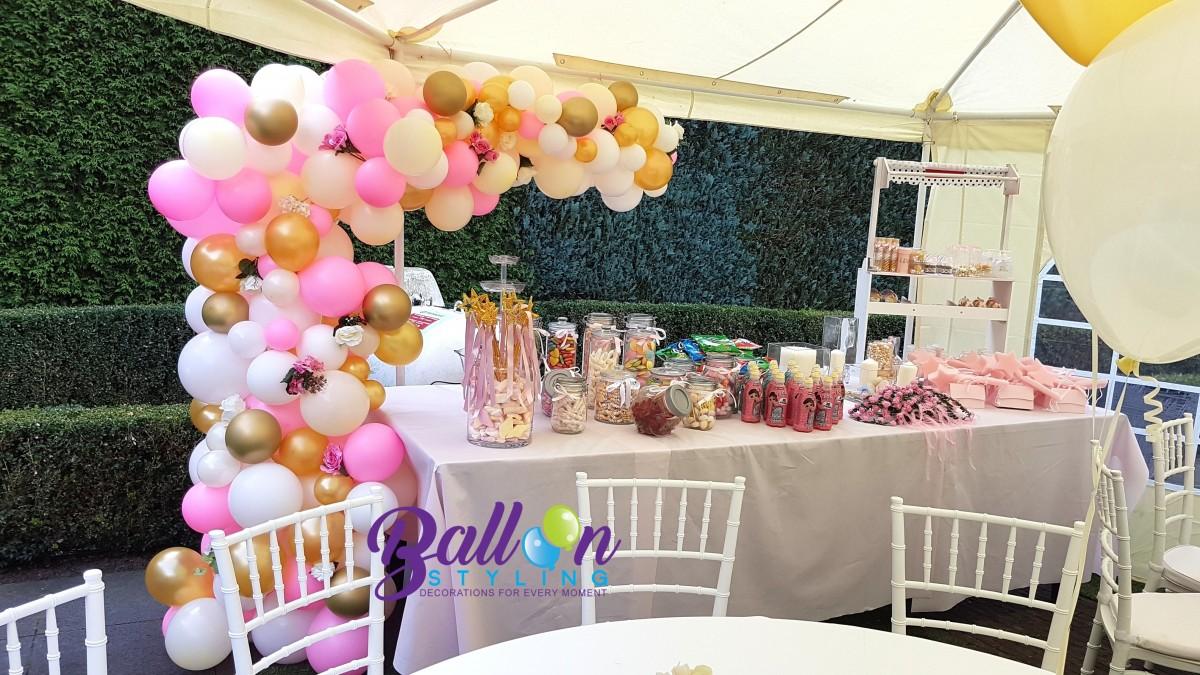 Balloon Styling Tilburg organic ballonnenslinger ballonnenpilaar met zijden rozen metallic goud roze chrome goud