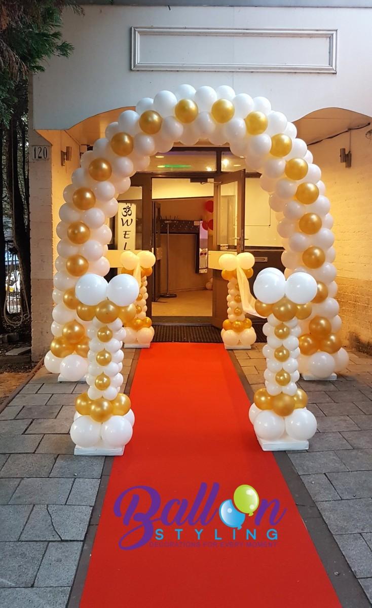 Entree op rode loper. Minipilaren met ballonnenboog bruiloftstyling Tilburg ballonnen Tilburg