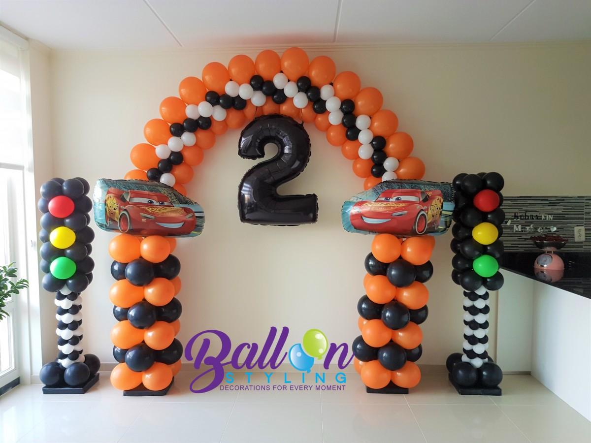 Balloon Styling Tilburg ballonnenboog ballonboog cars thema stoplichten pilaren cijfer folieballon ballonnen Tilburg