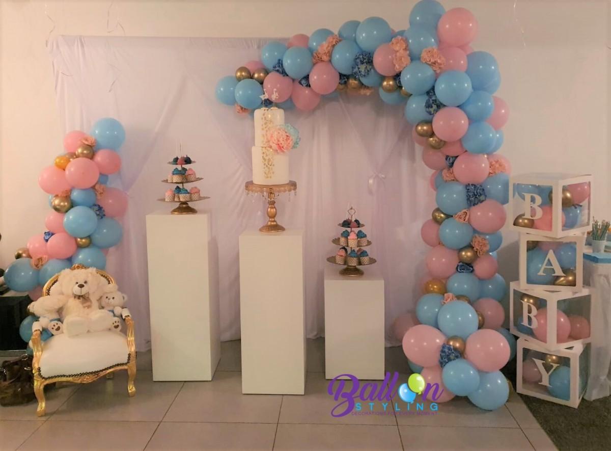 Balloon Styling Tilburg organic ballonnenslinger ballonnenbox kinder barok stoel zuilen pilaren cakestandaard cupcakestandaard chrome goud pastel roze pastel blauw 2 ballonnen Tilburg