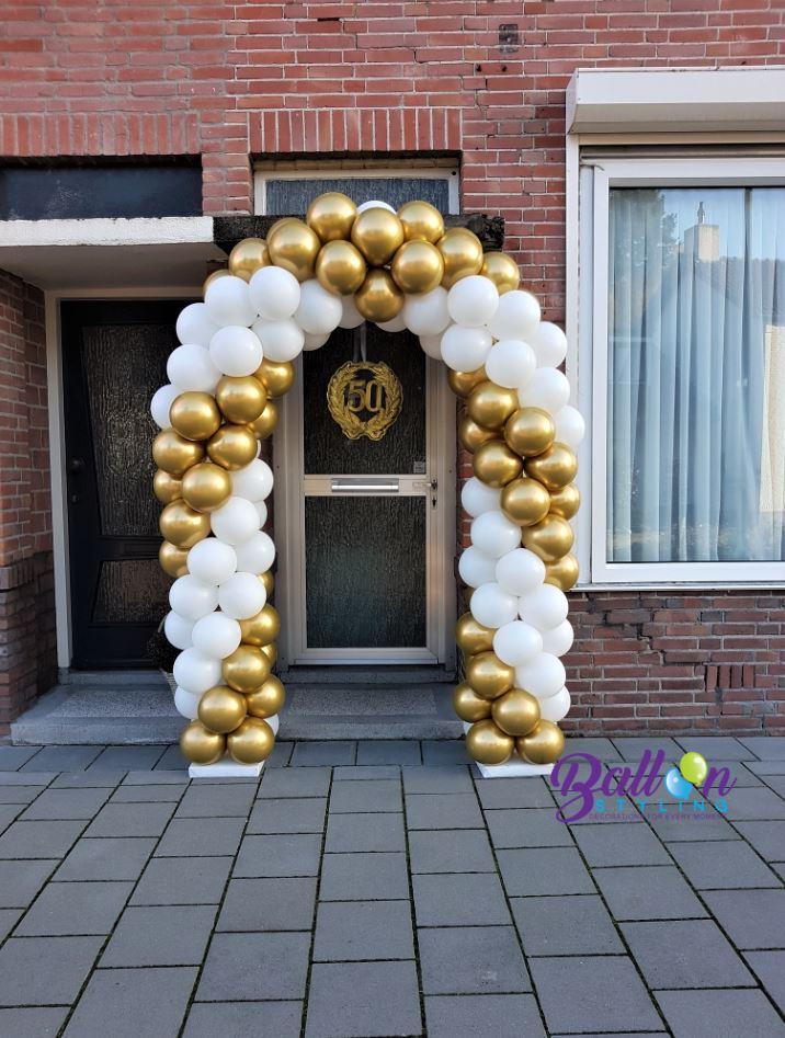 Balloon-Styling-ballonnenboog-ballonboog-50-jaar-getrouwd-chrome goud met wit Brabant-Tilburg-Reeshof ballonnen Tilburg jubileumbord 50 (1)