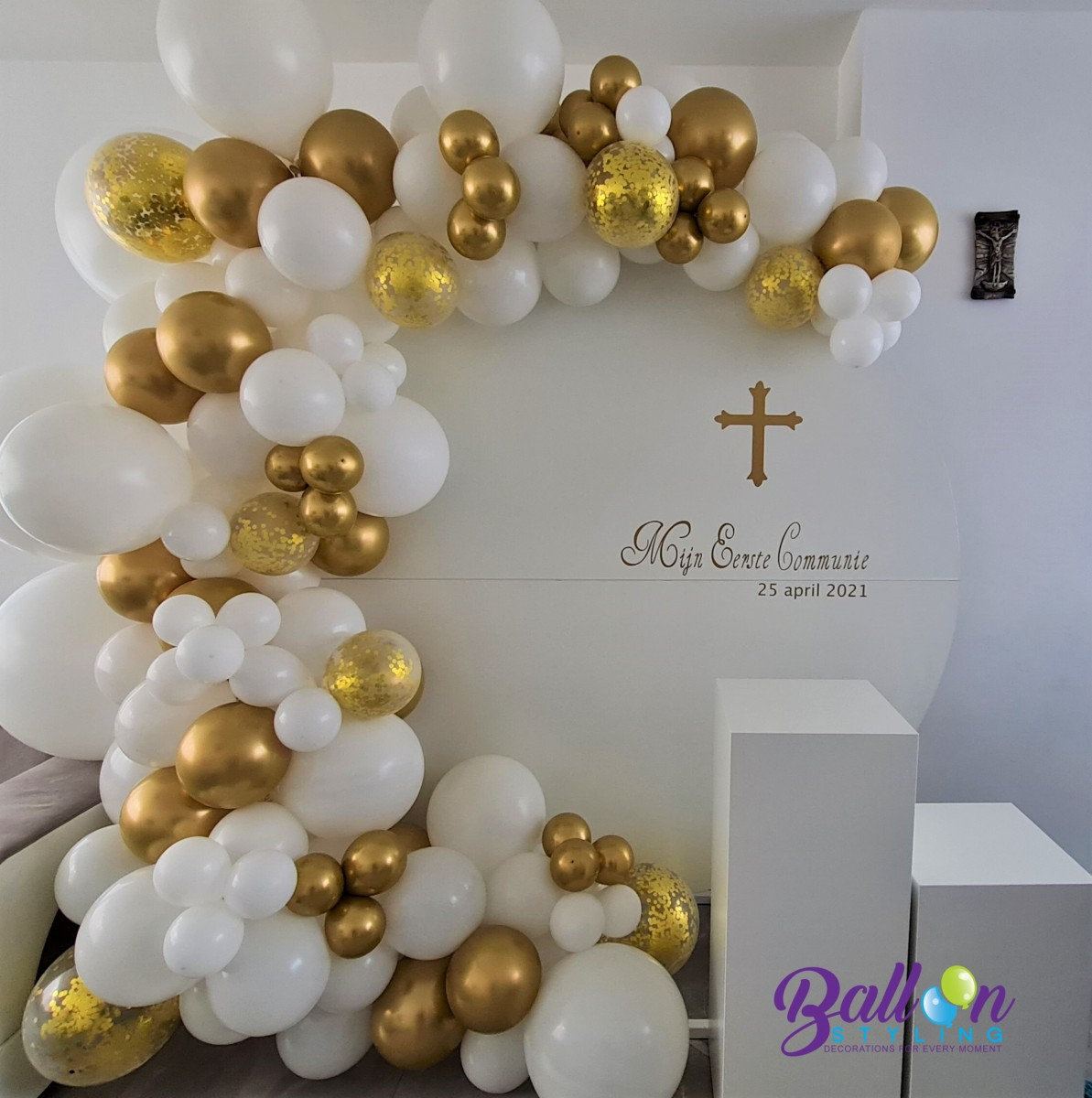 Balloon Styling Tilburg eerste communie backdrop zuilen pilaren chrome goud confettiballonnen ballonnen Tilburg (1)
