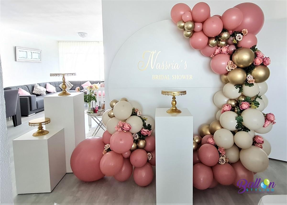 Balloon Styling Tilburg organic ballonnenslinger bridal shower taartstandaarden ballonnenzuil kolommen rosewood whitesand zijden bloemen ballonnen Tilburgz.jpeg (1)